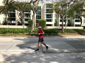 Un hombre corriendo en la calle