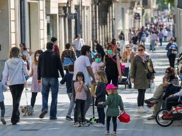 Niños paseando con sus padres en Barcelona durante el Estado de Alarma