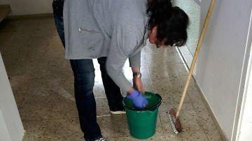 Imagen de archivo de una trabajadora de la limpieza