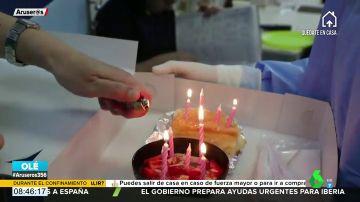El enternecedor gesto de unos sanitarios al celebrar el cumpleaños de una paciente ingresada en la UCI por coronavirus