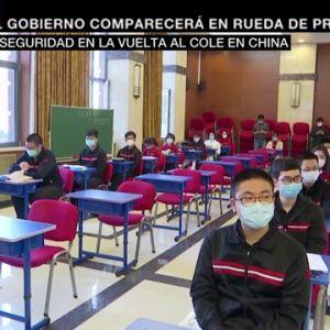 Con controles de temperatura y pantallas protectoras: las imágenes de la vuelta al colegio en China