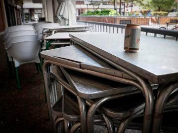 Terraza de un bar cerrado por las restricciones por el coronavirus