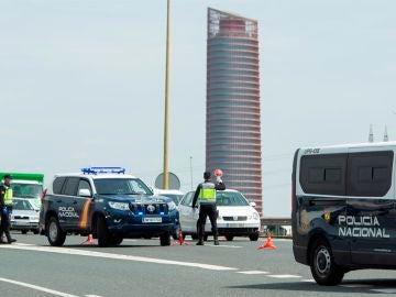 Efectivos de la policía Nacional en un control de tráfico para evitar los desplazamientos durante el estado de alarma.