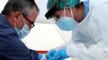 Una enfermera realiza una extracción de sangre para realizar la prueba de anticuerpos