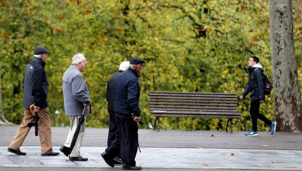 Pensionistas y jubilados pasean en un parque en Bilbao