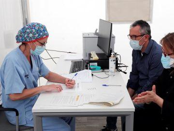 Una pareja, integrantes de uno de los hogares escogidos al azar por el Instituto Nacional de Estadística dentro del estudio a nivel nacional gratuito sobre seroprevalencia.