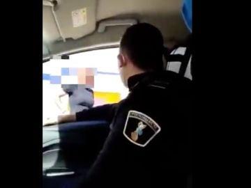 Momento de la humillación de un policía local a un transexual