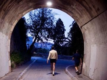 Unas personas pasean a primera hora de la mañana por el centro de Málaga dentro de la nueva normativa que permite hacer actividad en dos franjas horarias