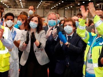 La presidenta de la Comunidad de Madrid, Isabel Díaz Ayuso, y el alcalde de Madrid, José Luis Rodriguez Almeida, entre otras autoridades, durante el acto de cierre en el interior del hospital de campaña del recinto ferial de Ifema
