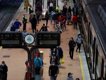 Tránsito de viajeros en la estación de Cercanías de Madrid-Atocha