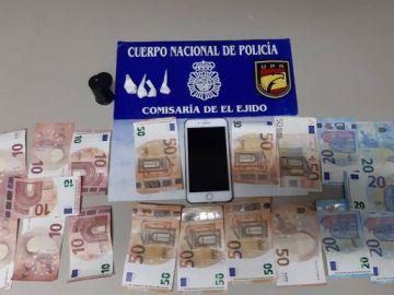 Dinero, droga y posesiones del detenido