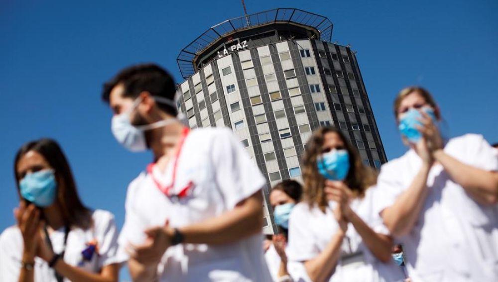 Decenas de sanitarios del Hospital Universitario de La Paz de Madrid despiden con un acto este martes, a los residentes de cuarto año de este centro hospitalario.