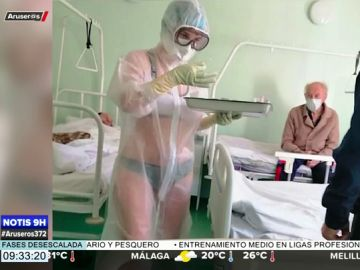 Expedientan a una enfermera por llevar sólo ropa interior bajo el traje de protección