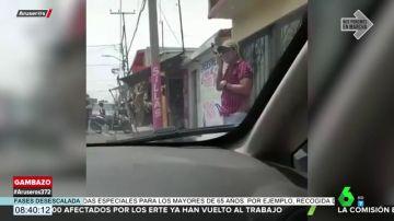 Sale del coche para escuchar una nota de voz de su amante y el Bluetooth activado provoca que su esposa le descubra