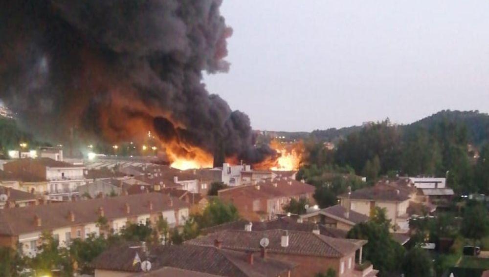 Arde con intensidad una empresa de reciclaje de Sarrià de Ter, Girona