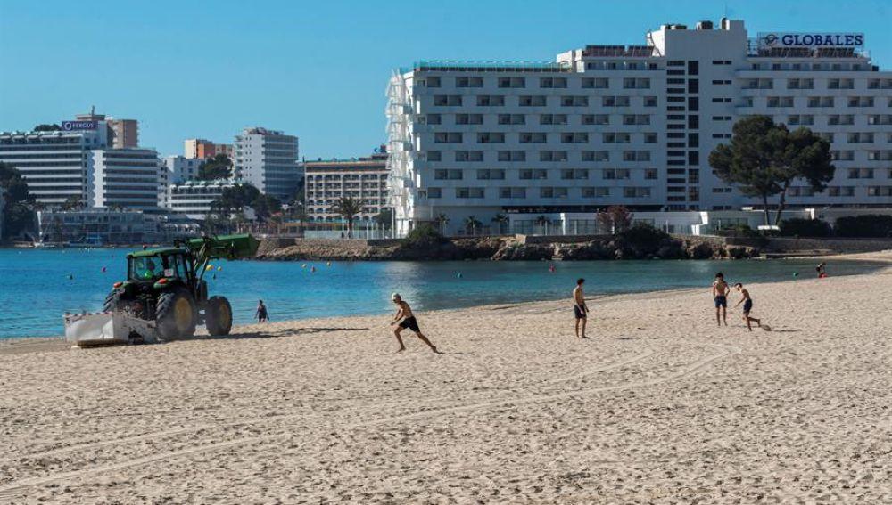 Puesta a punto de la playa de Son Matias de Calviá, Mallorca de cara a y paso a la fase 2 de la desescalada.