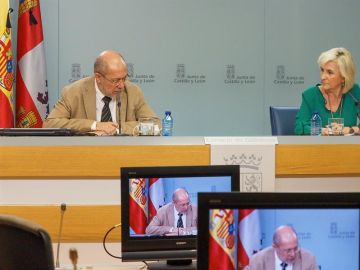El vicepresidente, portavoz y consejero de Transparencia, Ordenación del Territorio y Acción Exterior, Francisco Igea, acompañado de la consejera de Sanidad, Verónica Casado.