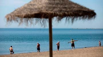 Varias personas en la playa de La Misericordia, Málaga