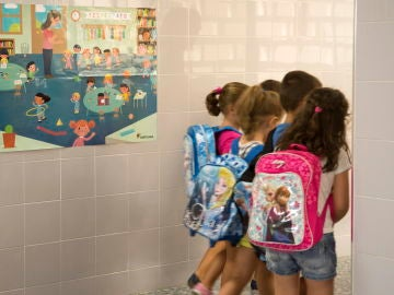 Varios niños a su llegada al colegio