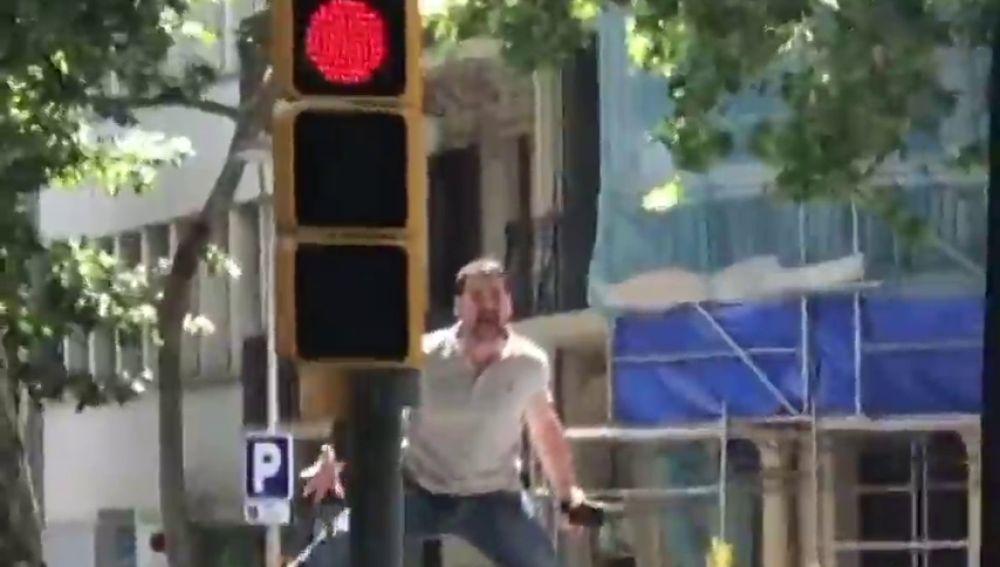 """Insultan y amenazan a dos hombres que portaban la bandera LGTBI en la manifestación de Vox en Barcelona: """"Bolleras, hijos de puta"""""""