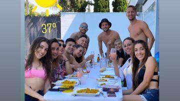Lucas Ocampos, 'Mudo' Vázquez, De Jong y Éver Banega, junto a sus mujeres y amigas
