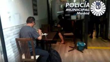 Imagen del restaurante que estaba abierto con clientes en Madrid