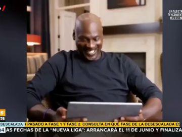 El viral montaje en el que Michael Jordan 'alucina' viendo jugar al baloncesto a Pablo Iglesias