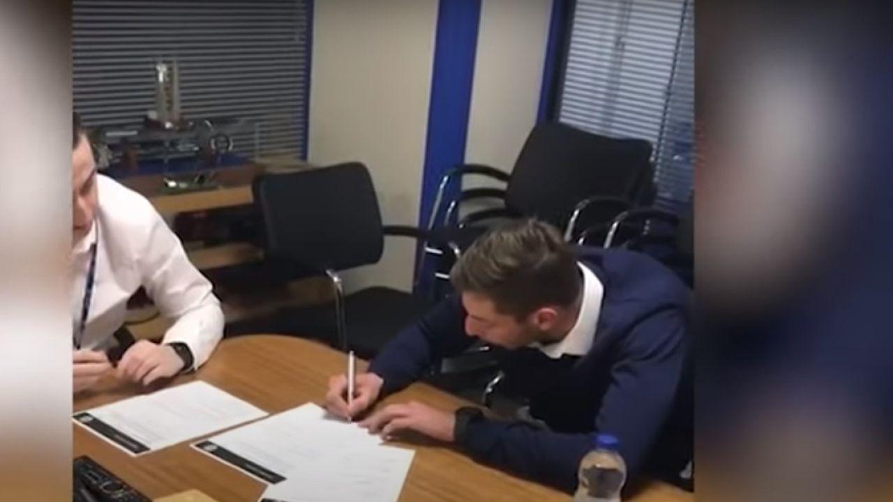 Emiliano Sala firmando con el Cardiff