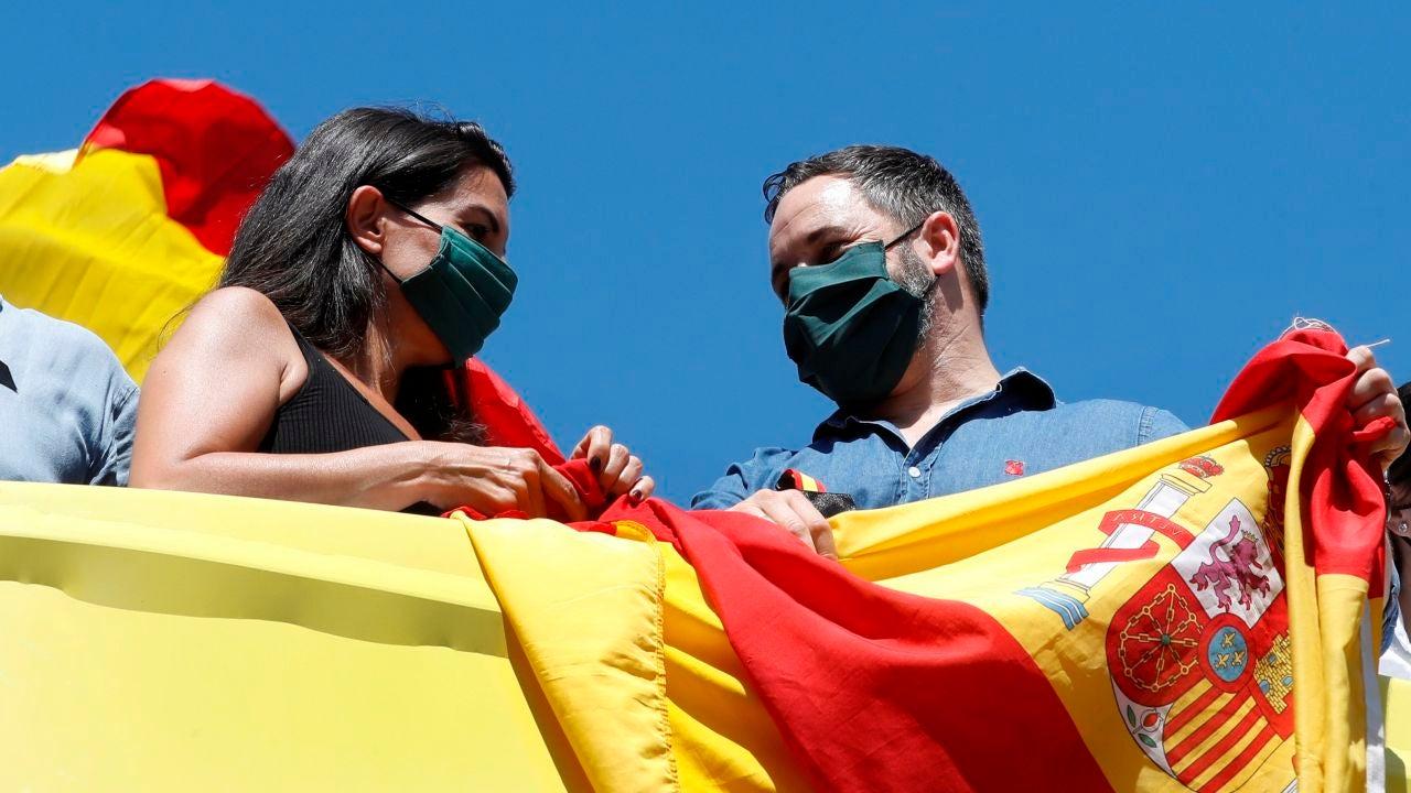 El líder de Vox, Santiago Abascal, y la portavoz del partido en la Asamblea Rocío Monasterio, participan en una de las manifestaciones promovidas por su partido contra la gestión del Gobierno