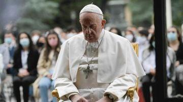 Imagen del papa Francisco rezando