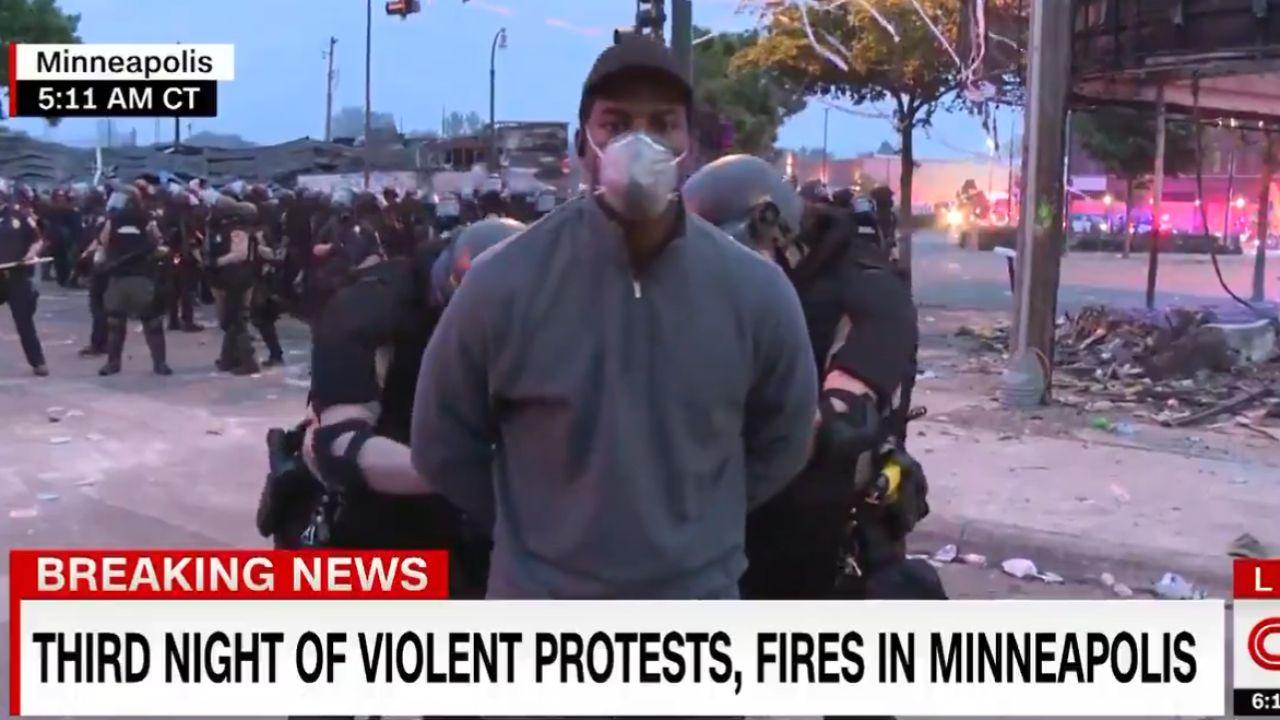 Omar Jiménez, reportero de la CNN, siendo detenido por la Policía