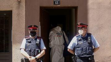 Imagen de los Mossos en la vivienda donde una mujer ha sido asesinada en Barcelona