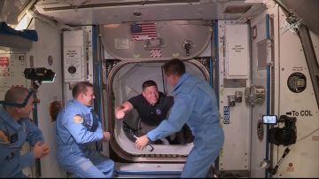 Imágenes del encuentro de los astronautas de SpaceX y la NASA con la tripulación de la Estación Espacial Internacional