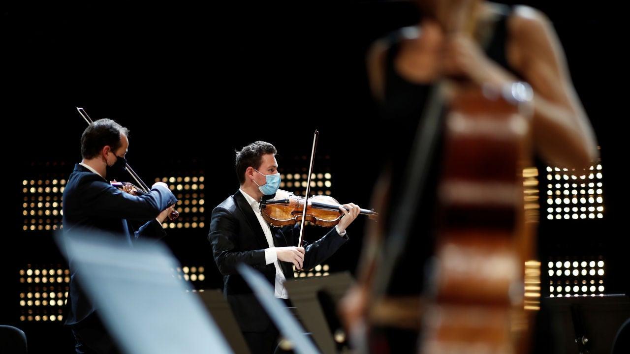 Músicos ensayan con mascarilla en París