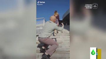 Un hombre fotografía a una chica por debajo de su falda: nuevo anuncio machista que indigna al mundo