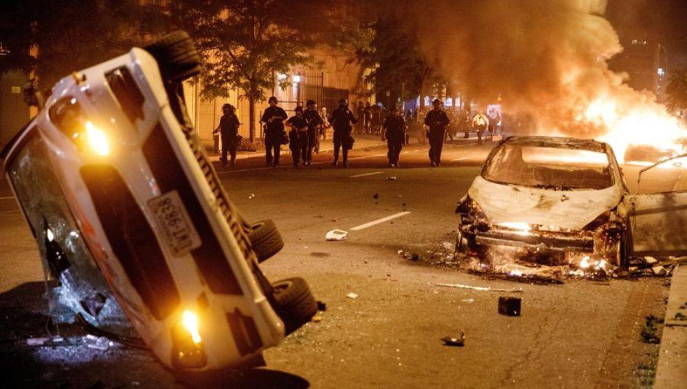Coches incendiados cerca de la Casa Blanca por la muerte de George Floyd