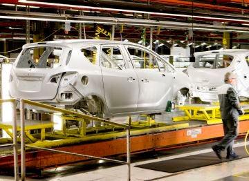 Una vista de la cadena de montaje en la planta que General Motors tiene en la localidad zaragozana de Figueruelas.