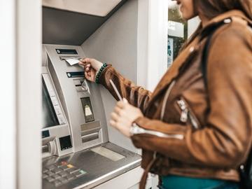 Mujer usando un cajero automático