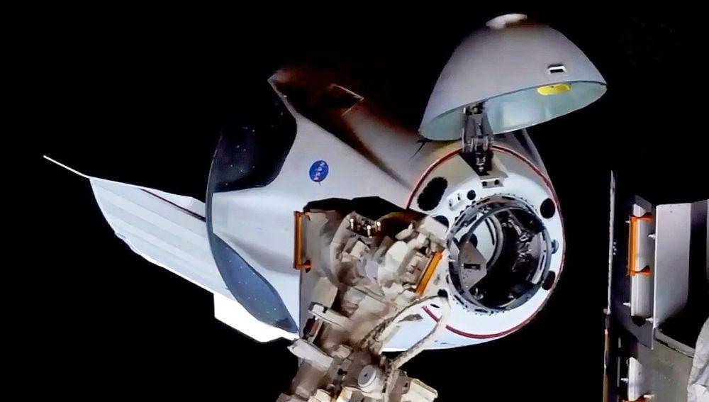 La nave Crew Dragon se acopla con exito a la estacion espacial internacional