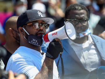 El hermano de George Floyd, Terrence Floyd, se dirige a los manifestantes