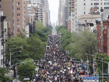 Los manifestantes marchan en la Primera Avenida de Nueva York