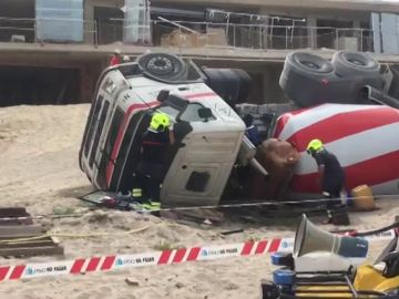 Una hormigonera vuelca y derrama gasoil en la playa de San Juan en Alicante