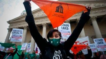 Una mujer de un movimiento feminista participa de una manifestación contra el aumento de feminicidios que ha dejado el confinamiento, en Buenos Aires (Argentina)