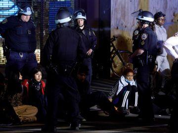 La Policía arresta a los manifestantes después del toque de queda en Nueva York
