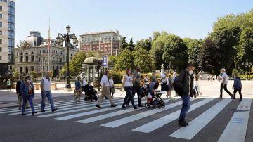 Imagen de personas paseando por una calle del centro de Oviedo