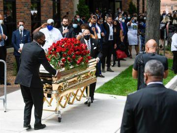 Una multitud recibe el féretro de George Floyd antes de su funeral
