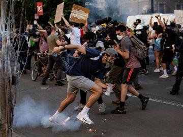 Un bote de gas lacrimógeno cae a los pies de los manifestantes el pasado lunes