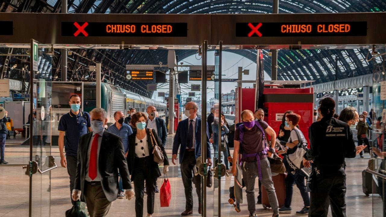 Varios viajeros pasan un control a su llegada a la Estación Central de Milán