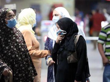 Mujeres egipcias con mascarilla en El Cairo