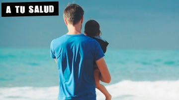 Imagen de un hombre con un niño en la playa